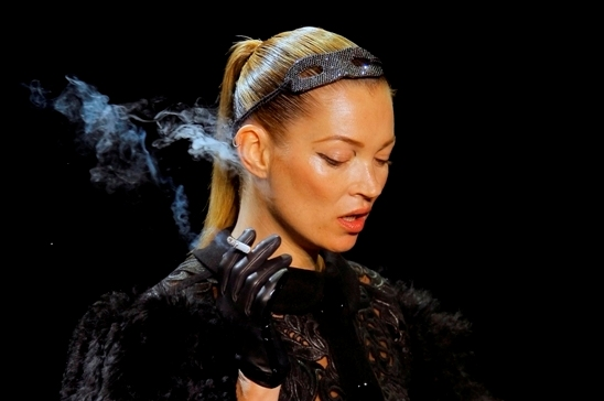 kate moss cigarro passarela louis vuitton 2013