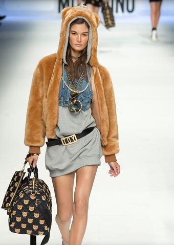 casaco de urso moschino 2015